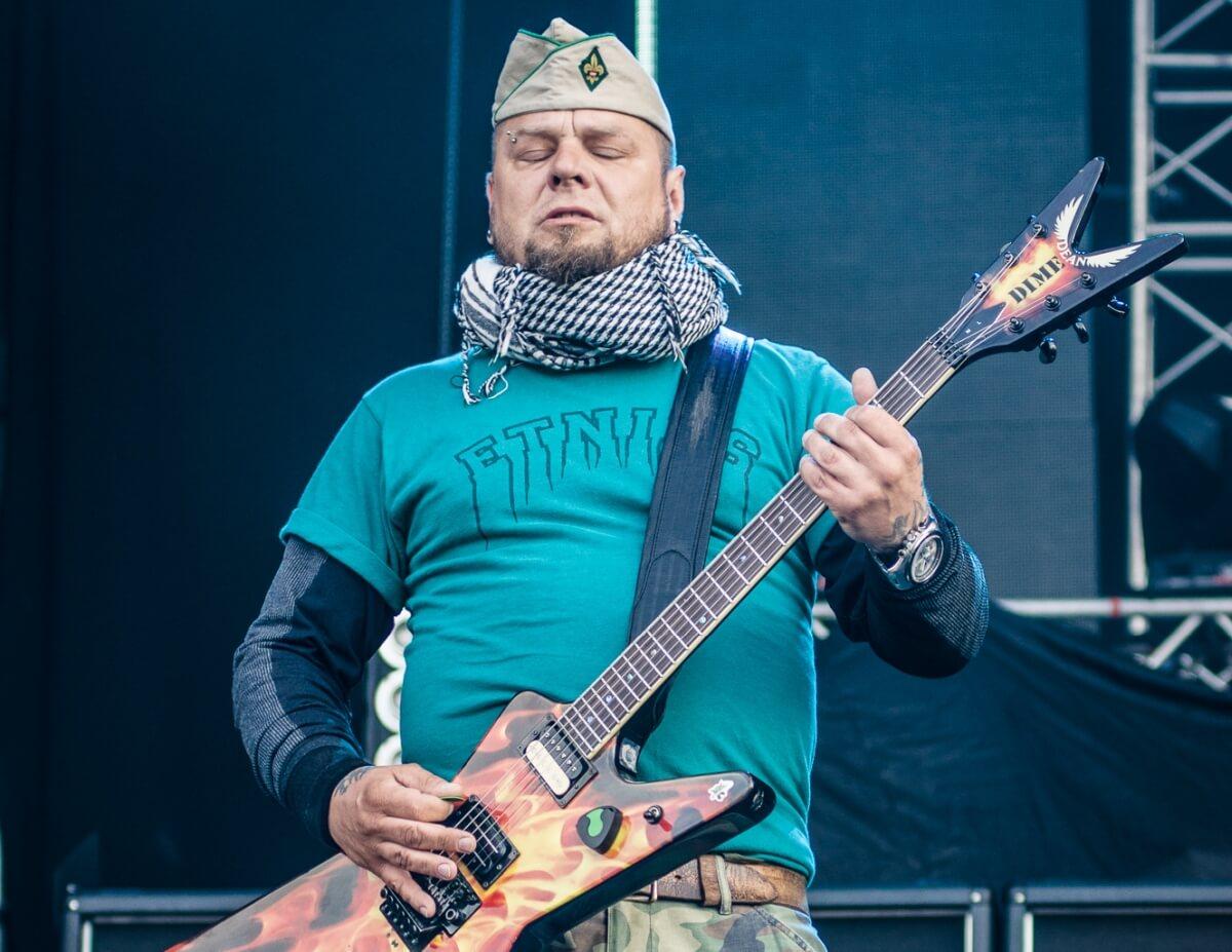 Tomasz Lipnicki - wokalista i gitarzysta zespołu Lipali. Ursynalia 2012, Warszawa. Autor: Adam Kliczek, http://zatrzymujeczas.pl (CC-BY-SA-3.0)